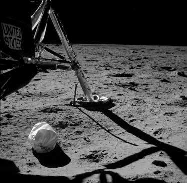 Отходы, накопленные за время полета Apollo 11, оказались на Луне раньше людей.